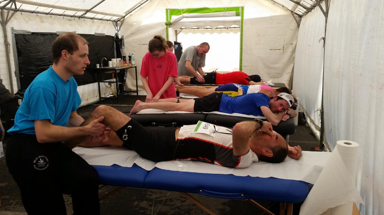 Les coureurs bénéficiaient de massages de récup à leur arrivée