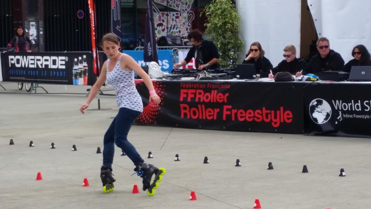 La compétition de roller freestyle avec l'épreuve de slalom